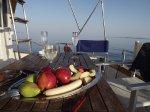 Фрукты и шомпанское на борту яхты