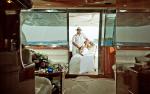 Новобрачная пара в кабине яхты